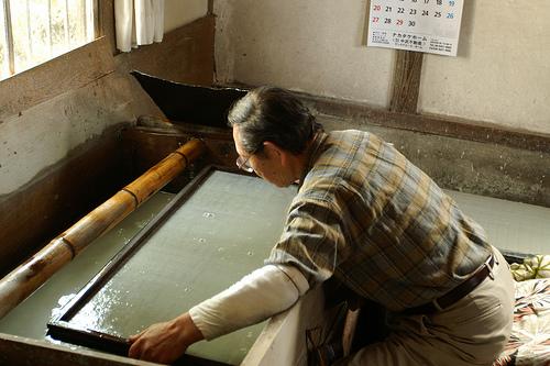 Важный этап в истории бумаги.Ручной отлив используется до сих пор